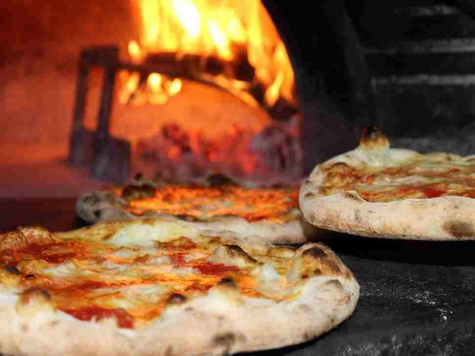 La cuisson des pizzas-au feu de bois avec nos bûches de bois compressé
