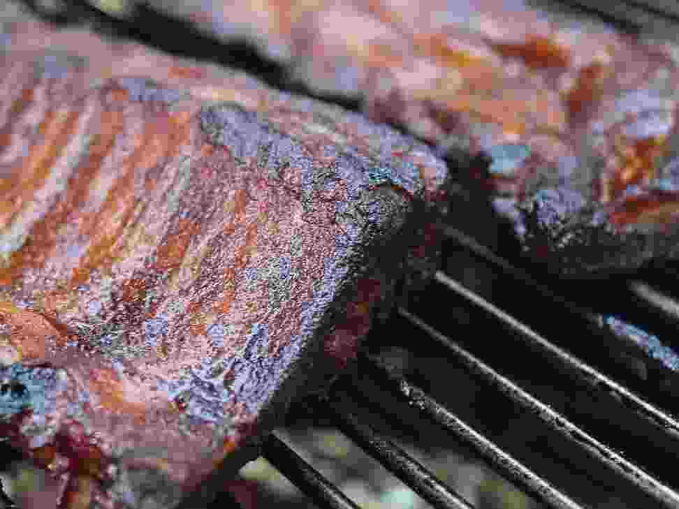 Les beaux jours arrivent, les barbecues aussi ! Nos astuces pour nettoyer la grille de votre barbecu